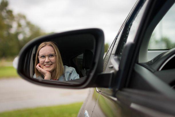 Ensimmäisen oman auton hankinta jännitti Hennaa paljon, mutta Rinta-Joupin Autoliikkeessä hän sai vastauksia kysymyksiinsä ja pääsi eroon turhasta jännityksestä.