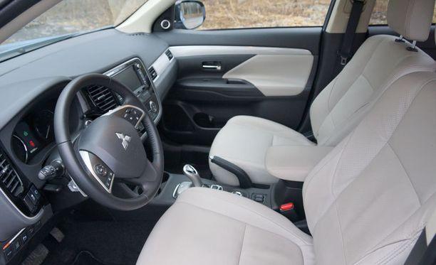 Ajoautomme varusteluun kuului muun muassa kiinteä navigaattori, nahkasisustus, törmäyksenesto ja adaptiivinen vakionopeudensäädin.