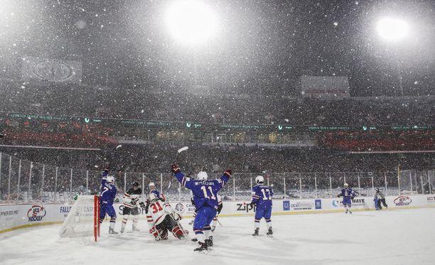 Ottelu pelattiin sankassa lumisateessa.