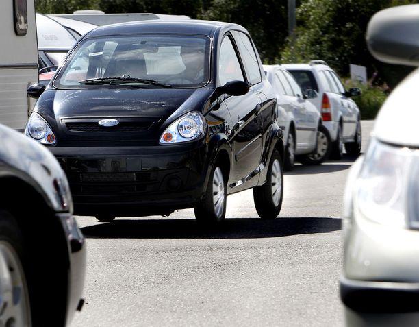 Mopoauto on heikoilla kolaritilanteessa. Se painaa vain kolmanneksen oikeasta autosta eikä siinä ole modernin henkilöauton turvarakenteita.