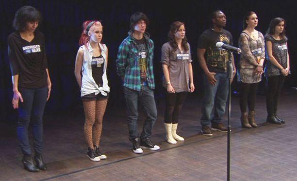 """Miten käy teatteriviikonlopun ensimmäisenä päivänä """"kyykänneen"""" ennakkosuosikki Martan (toinen vasemmalta)?"""