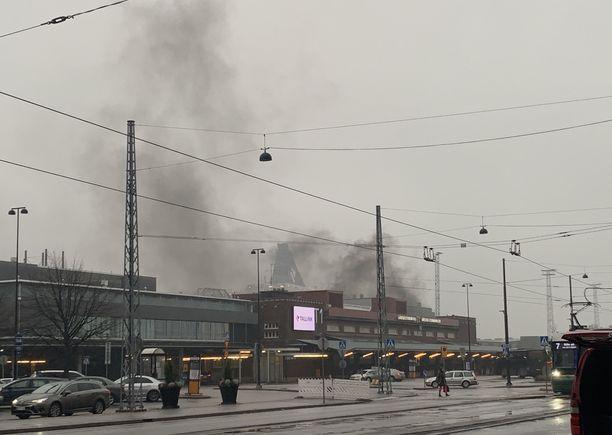 Auton palo aiheutti kauas näkyneen savupilven.