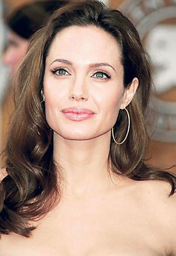Angelina Jolie on jättänyt huumehöyryisen elämän taakseen ja ryhtynyt suurperheen äidiksi.