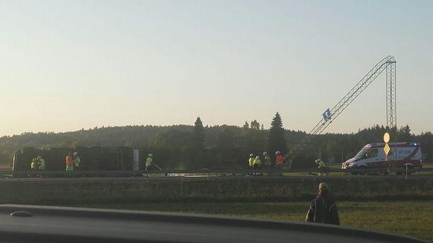 Rekka veti kaatuessaan liikennekylttejä alas Helsingintiellä Kouvolassa.