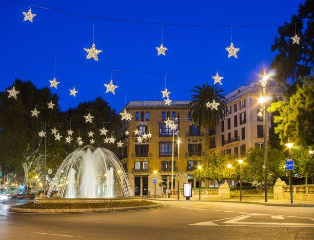 Palman kaupunki Mallorcalla saa jouluvalot.