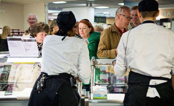 Asiakkaita jonottamassa nyhtökauraa toukokuun alussa Helsingin Stockmannilla.