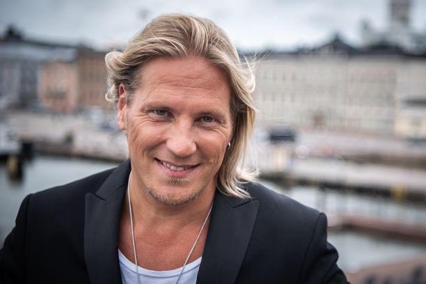 Sami Kuronen on monessa mukana. Hänet tunnetaan esimerkiksi televisiosta ja radiosta.