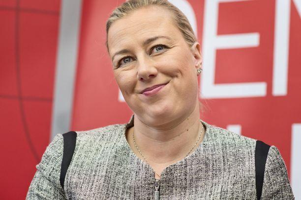 Jutta Urpilainen toimi vielä alkuvuonna 2014 SDP:n puheenjohtajana, mutta Rinne syrjäytti hänet puoluekokouksessa 14 äänen erolla. Yhtenä syynä Rinteen voittoon pidetään sitä, että Urpilainen oli Kataisen hallituksessa mukana laskemassa yhteisöveroa.