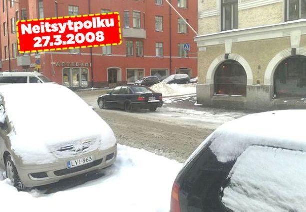 Autot olivat Neitsytpolulla lumivaipan peitossa takatalven iskettyä.