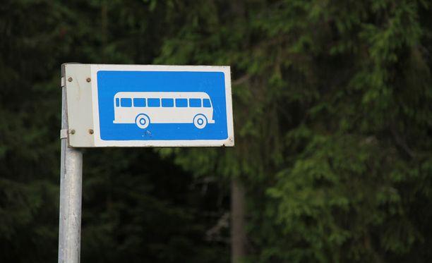 Poliisi haki lapsen pois linja-autosta kesken matkan, koska lapsen isä häiriköi humalassa.