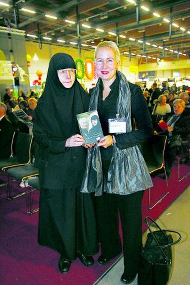 YSTÄVÄT Suvi-Anne Siimes ja nunna Kristoduli kävivät pääsiäisestä jouluun kirjeenvaihtoa, josta syntyi teos Kahden viisaan naisen avoin kohtaaminen.