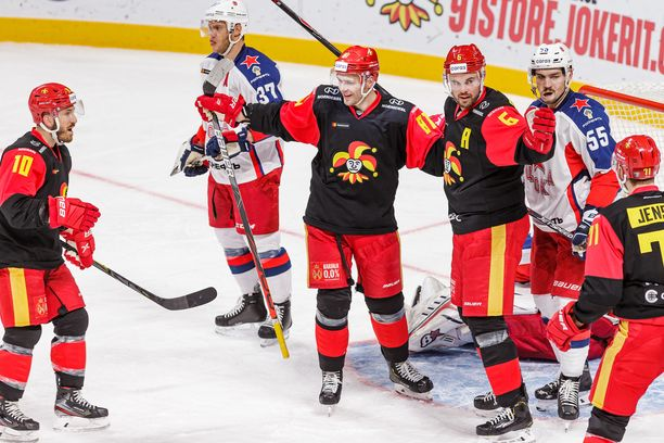 Jordan Schroeder (10), Iiro Pakarinen, Jesse Joensuu ja Nicklas Jensen juhlivat 2–1-maalia.