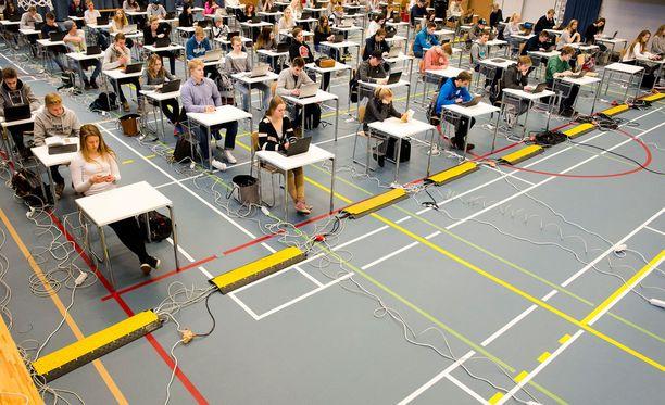 Ensimmäiset sähköiset ylioppilaskirjoitukset alkavat tänä syksynä. Kuva ylioppilaskirjoitusten harjoituksista Ylöjärveltä viime keväältä.