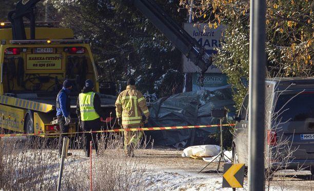 Onnettomuuspaikkaa raivattiin aamulla.