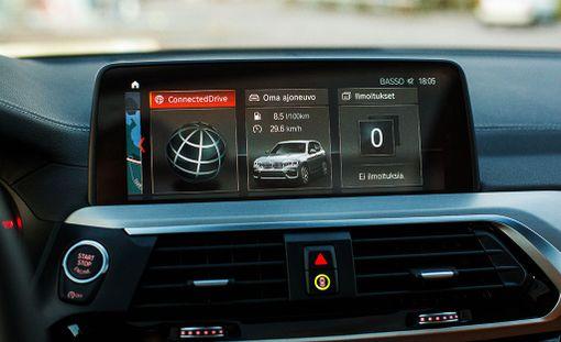 Tietoviihdejärjestelmää voi käyttää kosketusnäytön ohella BMW:lle tyyppillisestä pyörösäätimestä.