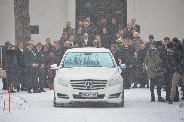 Hautajaissaattue suuntasi kohti Laajavuorta, jossa vietettiin viimeinen hiljainen hetki mäkikotkan muistolle.