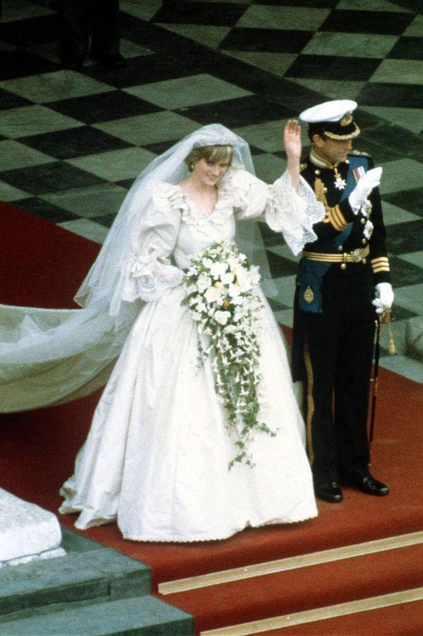 Dianan morsiuskimpussa oli myrtin oksia. Häämekko oli tietenkin valkoinen.