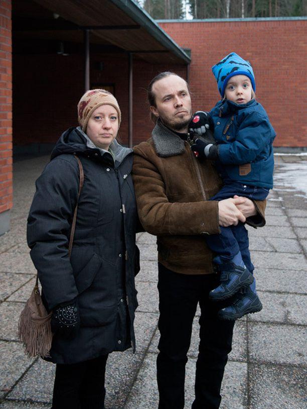 Elias, 4, oli myös vainajan leikkikaveri. Hän on Juha -isänsä sylissä ja vierellä Emma-äiti.