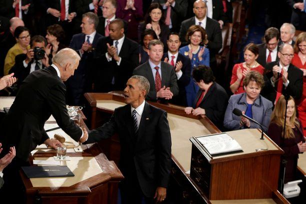 Obama kätteli varapresidentti Joe Bideniä.