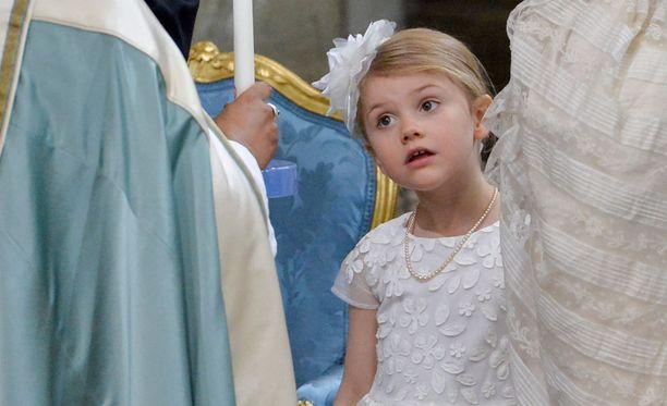 Prinsessa Estelle kirmasi omalta pikkutuoliltaan vähän väliä alttarin läheisyyteen.