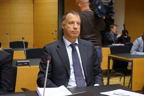 Oikeustieteen tohtori Kari Uoti tyrmää keskustan argumentit siitä, että Väyrynen ei voisi olla ehdolla puheenjohtajaksi.