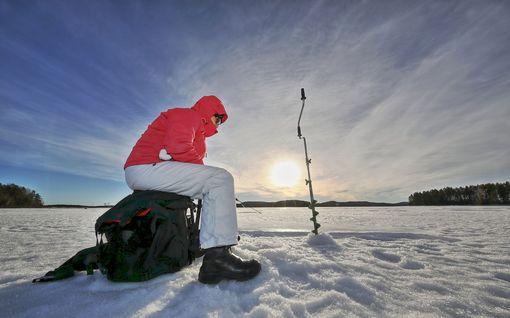 Kaksi pilkkijää jäi saarroksiin ajelehtivalle jäälautalle – pelastettiin rantaan saaliin kanssa