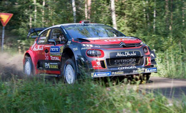 Mads Östberg johtaa Jyväskylän MM-rallia 0,1 sekunnin erolla.