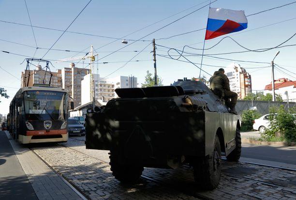 Muun muassa Donetskissa käytiin tiistaina tuntien mittainen taistelu hallituksen joukkojen ja separatistien välillä. Taistelujen päätteeksi separatistit onnistuivat valloittamaan sisäministeriön päärakennuksen.