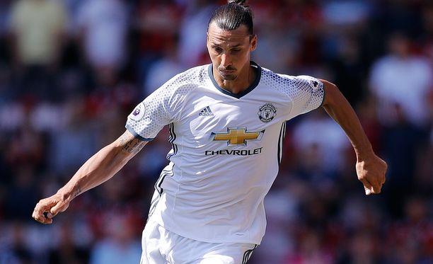 Zlatan Ibrahimovic täräytti ManU:n kolmannen maalin.