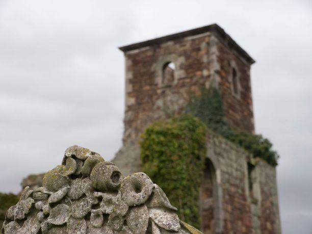 Kasvillisuus valtaa tyhjilleen jääneen skottikirkon raunioita.
