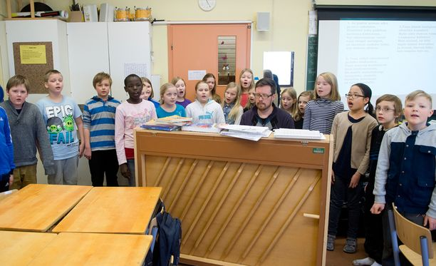 Tampereen Linnainmaan musiikkiluokka 4 A:n oppilaat osaavat suvivirren ulkoa.