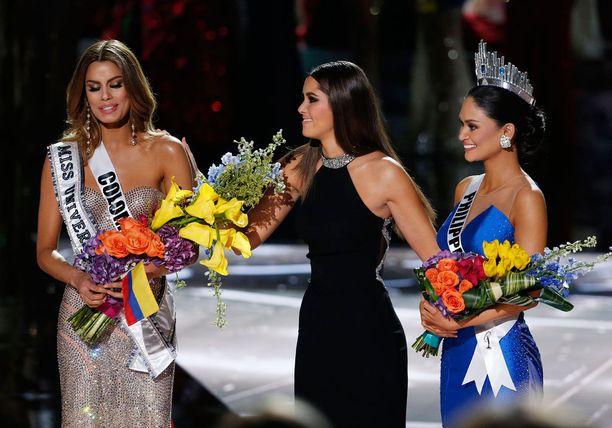 Miss Kolumbia (vas.) ehdittiin jo kruunata Miss Universumiksi, kunnes Harvey korjasi virheensä ja Miss Filippiinit sai lopulta kruununsa.