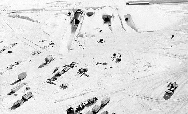 Näistä oviaukoista pääsi sisään Camp Centuryyn. Jään sisällä asui enimmillään 200 sotilasta.