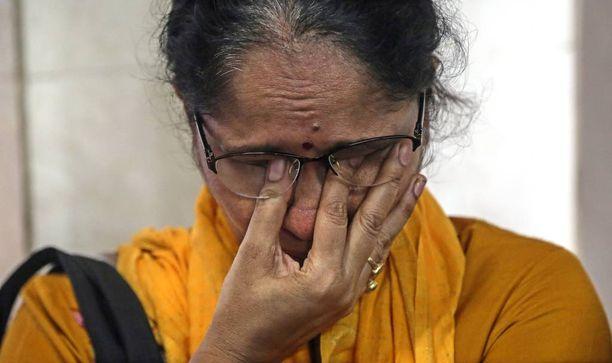 Sairaalan henkilökunta suri toukokuussa 2015 Aruna Shanbaugin siunaustilaisuudessa. Shanbaug oli vegetatiivisessa tilassa yli 40 vuotta sairaalan siivoojan raiskattua hänet.