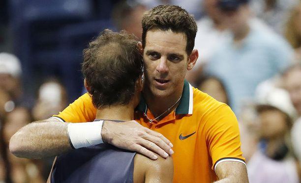 Espanjalainen Rafael Nadal joutui jättämään ottelun kesken polvivamman takia. Kuvassa finaaliin edennyt Juan Martin del Potro lohduttaa vastustajaansa New Yorkissa 7.9.2018.