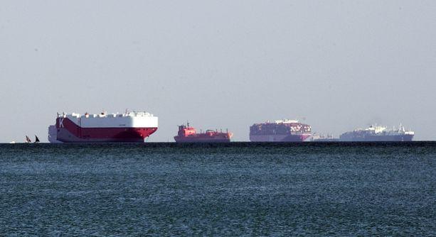 Pääsyä Suezin kanavaan odottavia aluksia ankkurissa Egyptin Ismailian kaupungin edustalla torstaina.