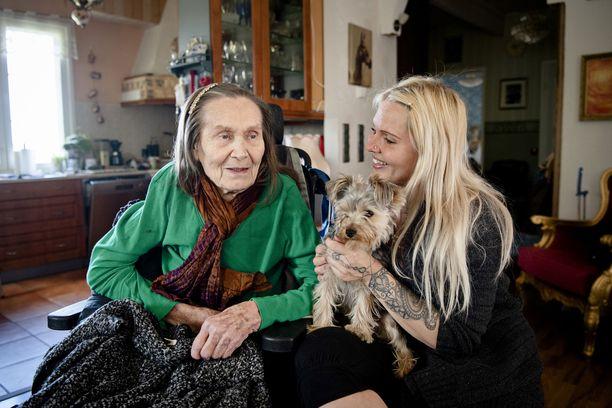 – On suuri rikkaus saada pitää Annikki täällä kotona, sanoo Katja Peldán. Katjan sylissä Nana-koira.