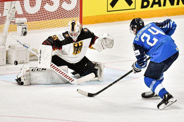 MM-finaaliin! Hannes Björninen iskee taidolla välierän voitto-osuman Saksan nuottaan.