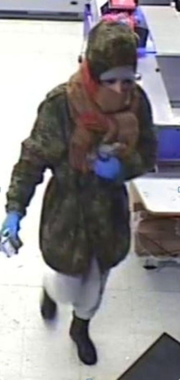 Poliisi pyytää havaintoja kuvassa näkyvästä ryöstäjästä.