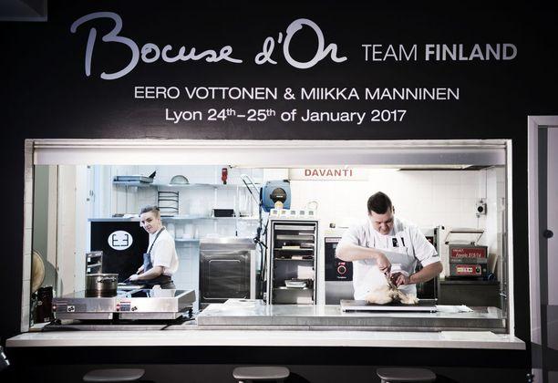 Ravintolakoulu Perhon harjoituskeittiö on tullut tutuksi Miikka Manniselle (vas.) ja Eero Vottoselle.