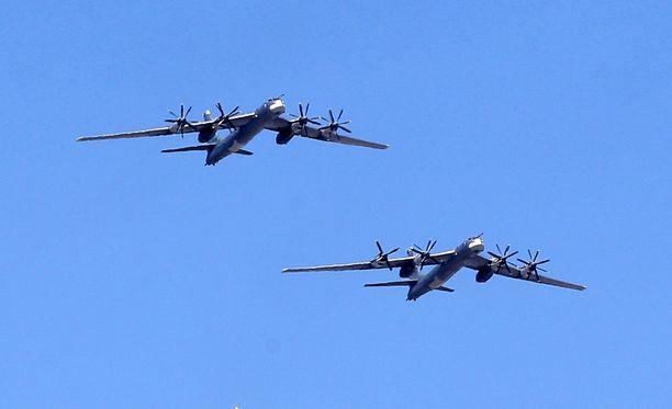 Arkistokuva Tupolev Tu-95-koneista Voitonpäivän paraatin harjoituksissa Moskovassa.