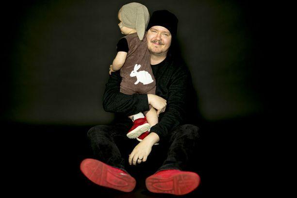 Aki Tykki ja vuoden ja neljän kuukauden ikäinen poika viettävät hauskaa aikaa yhdessä.