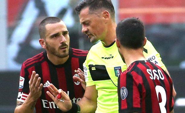 AC Milanin Leonardo Bonucci yritti selitellä töppäilyjään, mutta erotuomari Piero Giacomelli ei heltynyt.