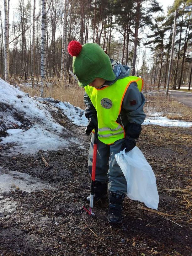 Alvar odottaa on innoissaan lumien sulamisesta, koska se tietää luontosiivoajalle lisää töitä.