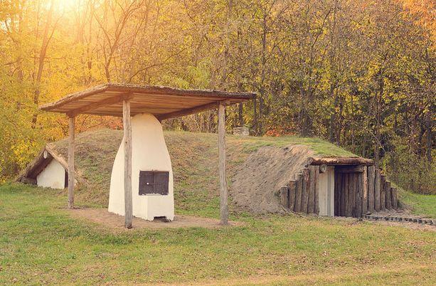 Tämä maakattoinen talo ei kuumene liikaa, koska leivinuuni on rakennettu pihalle.