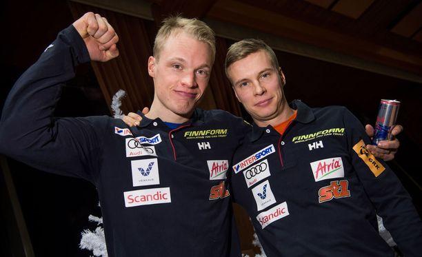 Iivo Niskanen (vas.) ja Matti Heikkinen epäonnistuivat sunnuntaina 15 kilometrin perinteisen hiihtotavan maailmancupin kisassa Sloveniassa. Herrat ovat vastaavan matkan MM-kultamitalisteja.