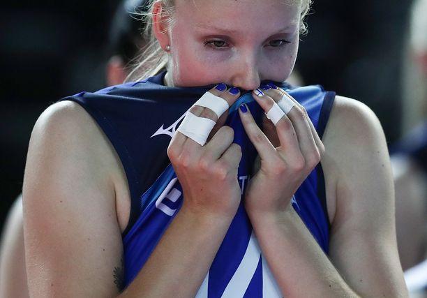 Suomen naiset koristelleet kyntensä sinivalkoisiksi. Kuvassa pettynyt Roosa Laakkonen.