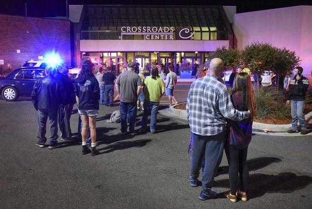 Joukkopuukottaja iski St. Cloudin ostoskeskuksessa lauantaina.