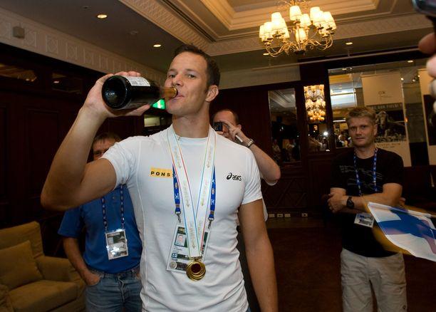 Tero Pitkämäki osasi myös juhlia. Kuva Osakan maailmanmestaruushumusta 2007.