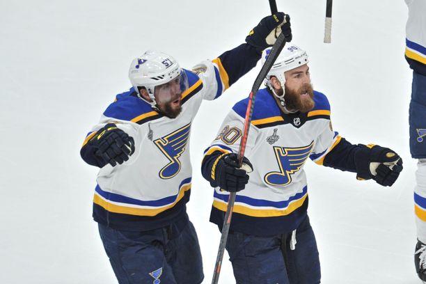St. Louis Bluesin sentteri Ryan O'Reilly (oik.) ja laituri David Perron juhlivat ottelun ensimmäistä maalia.